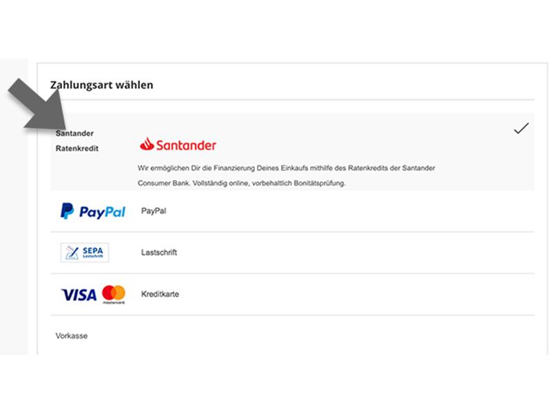 """Grafik für die Finanzierung der ANTELOPE Produkte. Man sieht einen Screenshot vom CheckOut Prozess im ANTELOPE SHOP. Man sieht verschiedene Möglichkeiten zur Zahlungsmethode. Die Option """"Santander Ratenzahlung"""" wird mit einem Pfeil hervorgehoben. Weitere Zahlungsarten sind: Paypal, Lastschrift, Kreditkarte und Vorkasse."""