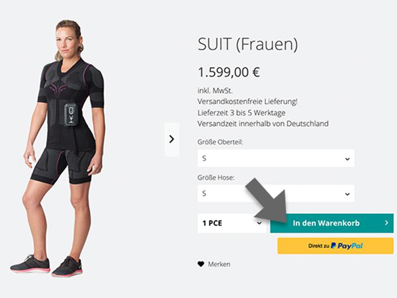 """Die Grafik zeigt einen Screenshot von der Shopseite - ANTELOPE SUIT für Frauen. Abgebildet ist ein Produktbild des ANTELOPE EMS-Anzugs, die Option die Größe auszuwählen sowie infos zur Mehrwertsteuer, Preis und Versand. In der unteren rechten Ecke wird der Button """"in den Warenkorb legen"""" durch einen Pfeil betont."""