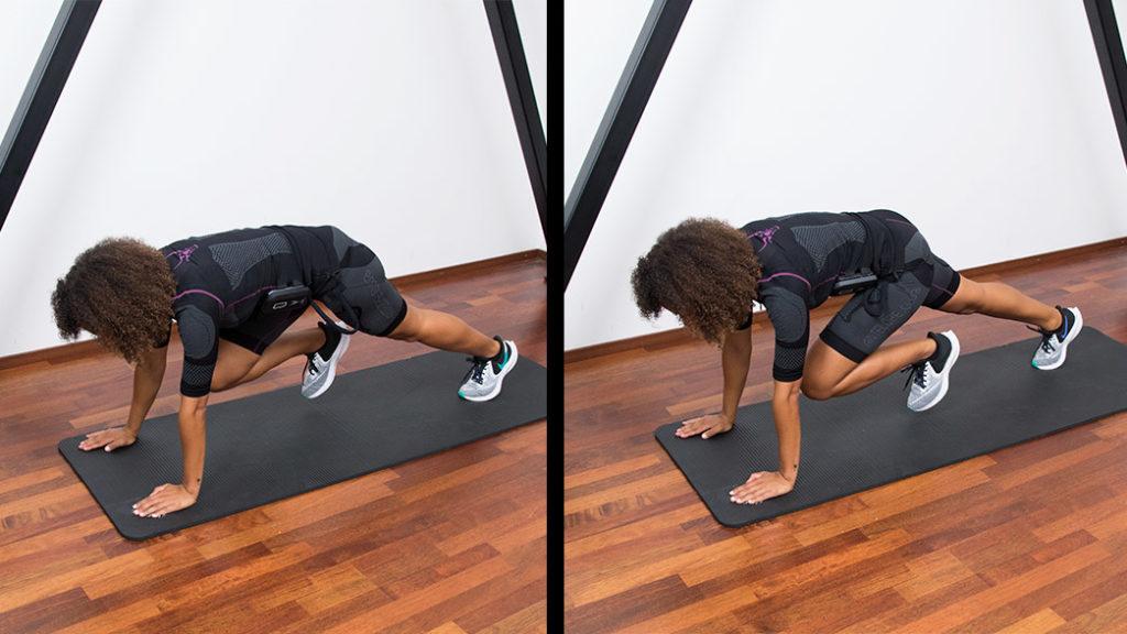 Zu sehen ist eine sportliche junge Frau die EMS-Training zu Hause macht. Sie befindet sich in einer Art Liegestütz auf einer schwarzen Fitnessmatte. Die junge Frau hat dunkelbraune Haare und braune Augen. Sie trägt den EMS-Anzug von ANTELOPE und führt die Übung Mountain Climbers aus. Das Abbildung zeigt eine Bewegungsabfolge bestehend aus 2 Bildern in der die Übung visuell dargestellt wird.