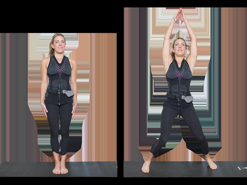 """Auf dem Bild ist eine junge, sportliche Frau zu sehen, die ein EMS Training durchführt. Es ist eine Bewegungsabfolge der Übung """"Jumping Jacks""""zu sehen. Es ist eine Serie bestehend aus zwei Bildern. Die Bewegungsabfolge ist mit einer schwarzen Linie aufgeteilt, die Bilder sind nebeneinander angeordnet. Die Frau trägt die EMS Weste von ANTELOPE und führt die Übung auf einer schwarzen Fitnessmatte aus. Die Frau trägt das ANTELOPE.TANK-TOP, eine schwarze Trainingshose, eine hellgraue Mini-Bauchtasche und ist Barfuß. Mittig und auf der Höhe der Brust des ANTELOPE.TANK-TOPs, ist das ANTELOPE Logo in einem dunklen pink zu sehen. In Abbildung 1 steht die Frau aufrecht in der Mitte der Fitnessmatte. Ihre Arme befinden sich neben ihrem Körper. Ihr Blick zeigt nach vorne. In Abbildung zwei sind ihre Beine hüftbreit aufgestellt und die Knie sind leicht gebeugt. Die Arme sind über den Kopf Richtung Decke gestreckt, die Handflächen berühren sich dabei."""