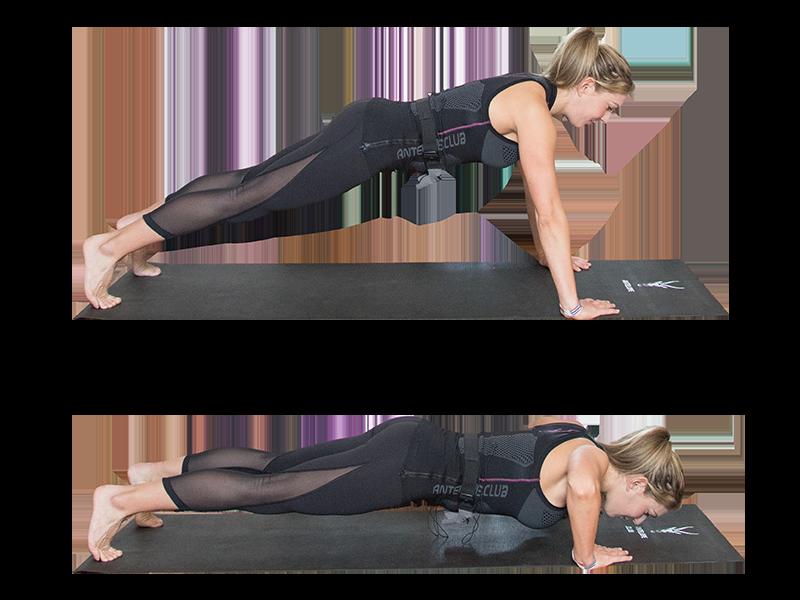 """Auf dem Bild ist eine junge, sportliche Frau zu sehen, die ein EMS Training durchführt. Es ist eine Bewegungsabfolge der Übung """"Push-ups"""" zu sehen. Es ist eine Serie bestehend aus zwei Bildern, die untereinander angeordnet sind. Die Frau trägt die EMS Weste von ANTELOPE und führt die EMS Übung auf einer schwarzen Fitnessmatte aus. Am unteren Rand der Fitnessmatte ist das ANTELOPE Logo zu sehen. Die Frau trägt das ANTELOPE.TANK-TOP, eine schwarze Trainingshose und ist Barfuß. In Abbildung 1 ist die Frau im Armstütz zu sehen. Die Arme sind gestreckt und die Handflächen stützen vom Boden ab. Ihr Körper bildet eine leichte Diagonale zum Boden. In Abbildung zwei sind die Arme angewinkelt und die Ellenbogen zeigen nach außen. Der Körper bildet nun eine parallele zum Boden. Ihr Blick ist zum Boden gerichtet."""