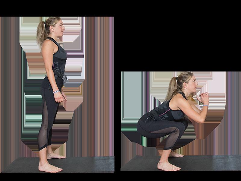 """Auf dem Bild ist eine junge, sportliche Frau zu sehen, die ein EMS Training durchführt. Es ist eine Bewegungsabfolge der EMS Übung """"Squats"""" zu sehen. Es ist eine Serie bestehend aus zwei Bildern. Die Bewegungsabfolge ist mit einer schwarzen Linie aufgeteilt, die Bilder sind nebeneinander angeordnet. Die Frau trägt die EMS Weste von ANTELOPE und führt die Übung auf einer schwarzen Fitnessmatte aus. Die Frau trägt das ANTELOPE.TANK-TOP, eine schwarze Trainingshose und ist Barfuß. In Abbildung 1 ist die Frau von der Seite zu sehen. Sie steht in aufrechter Haltung auf der Fitnessmatte, ihre Füße sind am Mattenrand positioniert. Die Arme hängen locker am Körper herunter. In Abbildung 2 ist die Frau in einer tiefen Kniebeuge zu sehen. Die Arme befinden sich angewinkelt vor der Brust."""