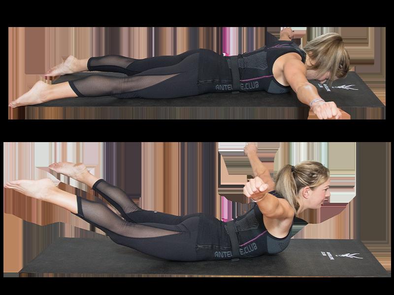 """Auf dem Bild ist eine junge, sportliche Frau zu sehen, die ein EMS Training durchführt. Es ist eine Bewegungsabfolge der Übung """"Superman"""" zu sehen. Es ist eine Serie bestehend aus zwei Bildern, die untereinander angeordnet sind. Die Frau trägt die EMS Weste von ANTELOPE und führt die Übung auf einer schwarzen Fitnessmatte aus. Am unteren Rand der Fitnessmatte ist das ANTELOPE Logo zu sehen. Die Frau trägt das ANTELOPE.TANK-TOP, eine schwarze Trainingshose und ist Barfuß. In Abbildung 1 liegt die Frau auf dem Bauch auf der Fitnessmatte, die Beine sind nach hinten ausgestreckt. Die Arme sind zur Seite gestreckt und die Hände bilden eine Faust. Wirbelsäule und der Kopf bilden eine Gerade. Ihr Gesicht ist zum Boden ausgerichtet. In Abbildung zwei sind die Beine, die Arme und die Brust vom Boden gelöst. Der Rücken bildet dabei ein leichtes Hohlkreuz. Der Blick ist nach vorne gerichtet."""