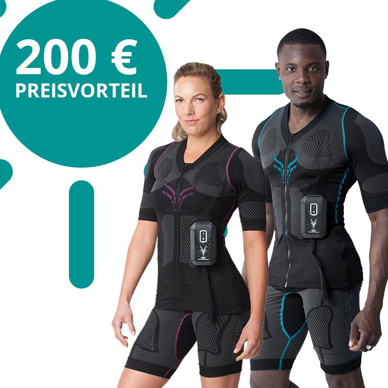 """Produktbild des kabellosen EMS-Anzugs von ANTELOPE. Getragen von einem sportlichen jungen Mann und einer sportlichen jungen Frau. Der ANTELOPE EMS-Anzug besteht aus einem dunklen Shirt einer dunklen Shorts und dem ANTELOPE.BOOSTER. In der linken oberen Ecke befindet sich eine Grafik einer Sonne in der """"200 € - Preisvorteil"""" steht."""